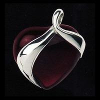 Halsbandssmycke med vinrött hjärta